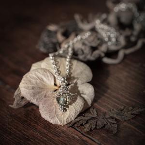 collier perle verre gris argenté fleur