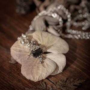 collier fleur argenté noir perle verre