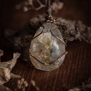 collier steampunk resine fleur séchée rouage