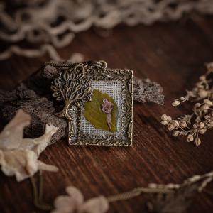 Collier cadre fleur séchée bronze resine lin