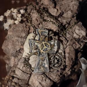 collier steampunk avec croix en resine rouages fée bronze
