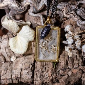 collier fleurs séchées resine doré noir feuille