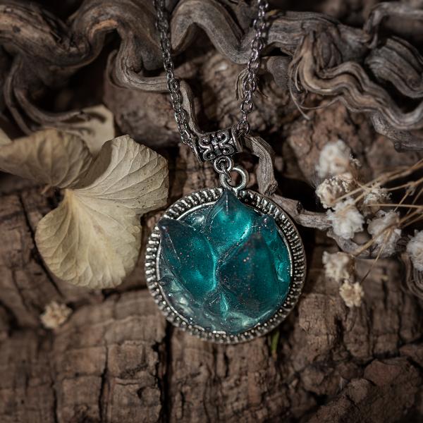 collier resine cristaux cristal bleu argenté