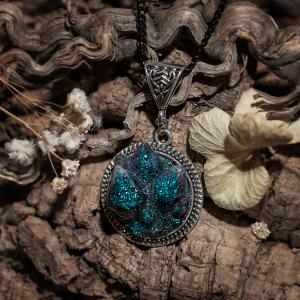 collier cristaux resine paillettes bleus argenté noir