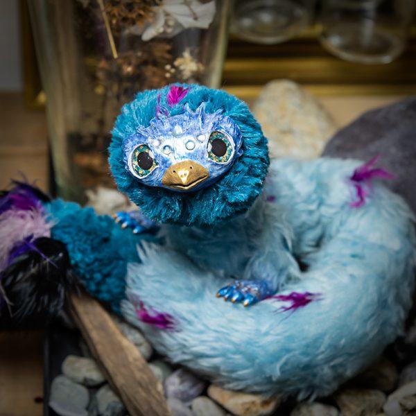 artdoll serpent a plumes, oiseau, bleu, mauve fausse fourrure pate polymere