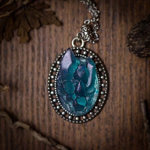 collier resine bleu cristaux cristal
