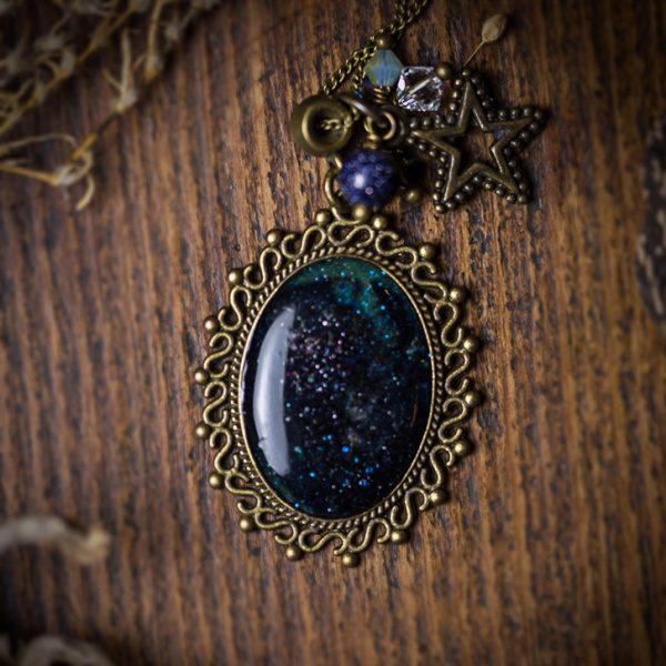 collier galaxy galxie resine bleu perles etoile
