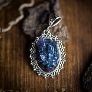 collier cristaux resine pailletes bleu noir argenté