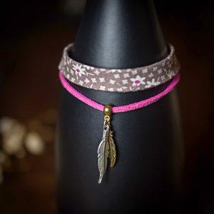 bracelet tissu rose suedine plume