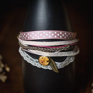 bracelet multi rangs tissu dentelle ruban plume rose shabby chic