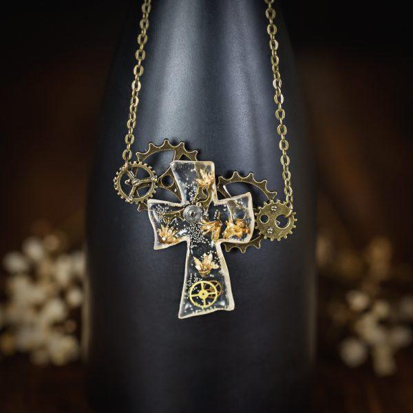 collier steampunk avec croix en resine immortelle bronze