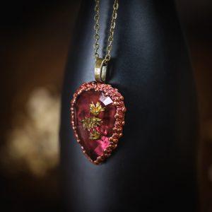 collier style ancien resine rouge fleur séchée pate polymere bronze