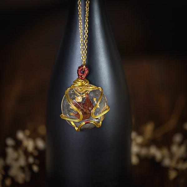 collier resine fleur séchée dorée rouge