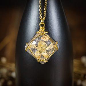 collier resine fleur séchée doré
