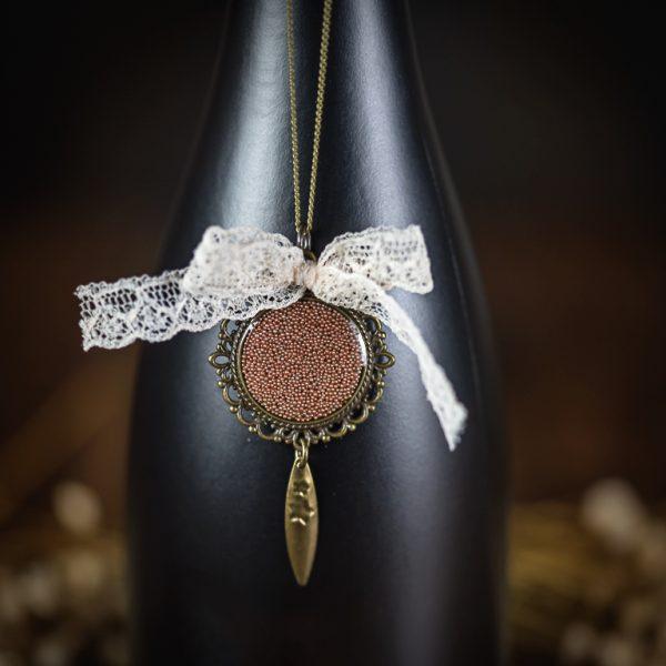 collier resine vieux rose bronze dentelle noeud ancien