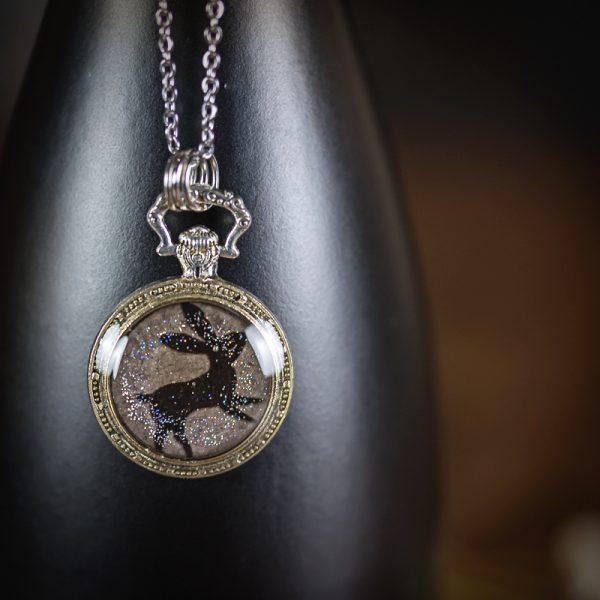 collier resine lapin montre a gousset argenté