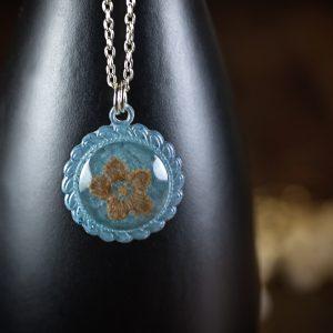 collier medaillon resine bleu fleur séchée paillettes dentelle
