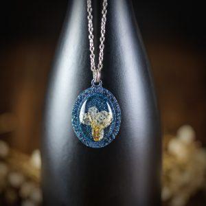 collier medaillon resine bleu fleur séchée paillettes