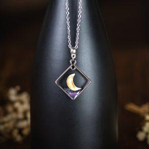collier croissant de lune résine