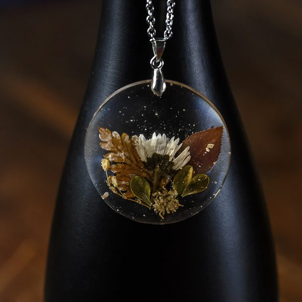 collier resine fleurs séchées marguerite argenté